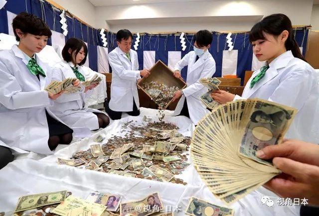 京都伏见稲荷大社开始清点新年三天收到的香火钱